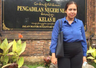 Foto Salah Satu Advokat Sari Law Office Saat Sidang di Pengadilan Negeri Negara