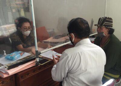 Foto Tim Advokat Sari Law Office ketika pengambilan akta tanah di notaris