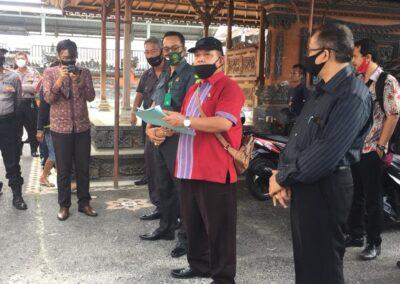 Foto Tim Advokat Sari Law Office ketika melakukan eksekusi pengosongan rumah di daerah Celuk, Gianyar, Bali